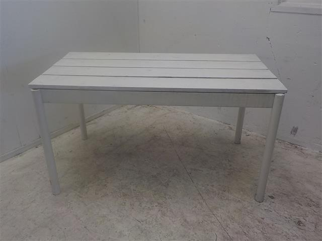 Verse zelfgemaakte zure crème op witte houten tafel farm product