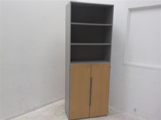Grijs houten kast met 2 openslaande deuren en 2 legplanken. de